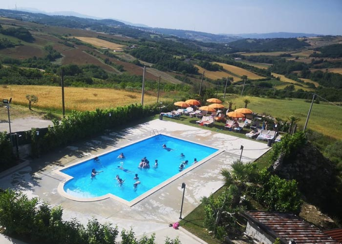 agriturismo La Mongolfiera piscina estate